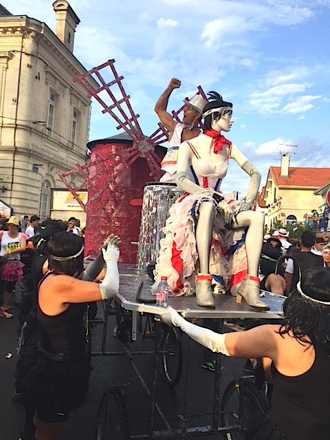 Runners dressed in crazy and creative customs at Marathon du Médoc