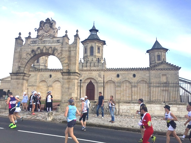 Runners pass famous chateaux in Médoc