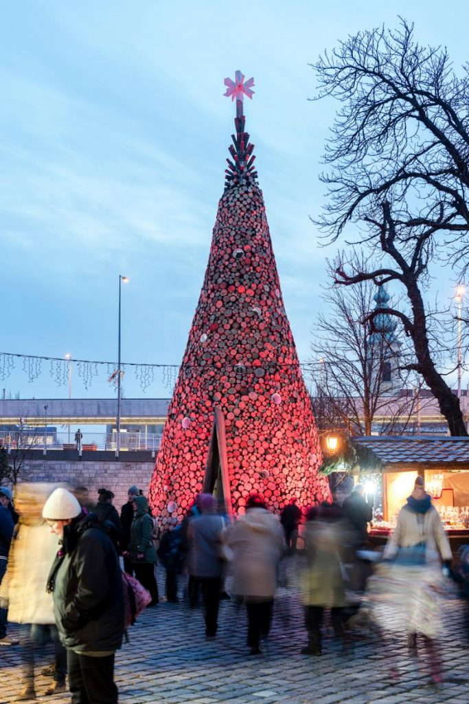 The Christmas tree at the Óbuda market is made of wood, which, after the holidays is donated to families who need the wood for heating. Photo credit: world-architects.com